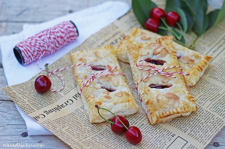 Cherry Pastry Pies / Třešňové taštičky | Na vidličku food blog