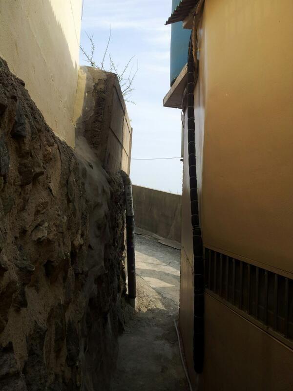 씨브리에 제베 @Zebe_Z  / 사람 하나 겨우 지나 다닐수 있는 좁은 골목 사이로 삶은 계속 이어진다. / #골목 #길 / 부산 영도 / 2012 03 28 /