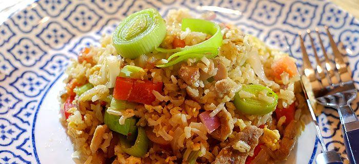 Deze roergebakken rijst met prei, rode ui, paprika, wortels, roerei en varkensreepjes is zo gemaakt en heerlijk van smaak. Hier het recept.