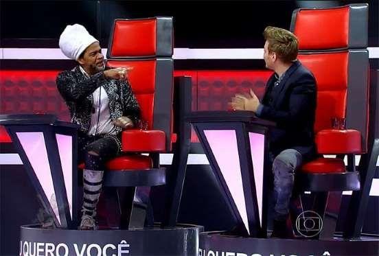 """Estreante no posto de técnico do """"The Voice"""", Michel Teló vem sofrendo nas mãos dos jurados veterano... - TV Globo"""