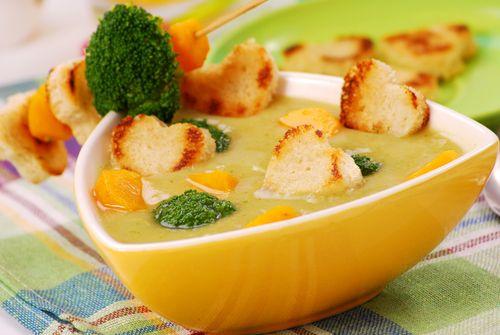 Očištěnou a na růžičky rozebranou brokolici dáme do osolené vařicí vody a vaříme asi 8 minut. Na másle si mezitím orestujeme očištěnou a na kousky pokrájenou mrkev a na kolečka pokrájený pórek. Zalijeme vývarem z brokolice a mlékem, přidáme pohankové vločky a rozvaříme je doměkka. Přidáme uvařenou brokolici (pár kousků si necháme stranou) a ochucovadlo Solčanku. Nyní si z polévky odebereme několik kousků mrkve a zbylou polévku rozmixujeme dohladka. Z toastového chleba vykrájíme vykrajovátkem…