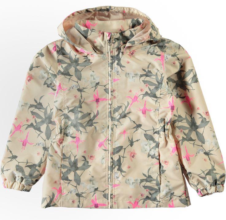 Meisjes zomer en regenjas NITMELLO Orchid van het kinderkleding merk Name-it  Dit is een licht roze zomer jasje met een rits sluiting en een afneembare capuchon. De jas heeft een gebloemde all over print in het grijs, wit en fel roos.