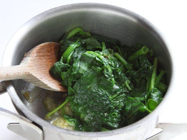 POLLO CON CREMA DI ERBETTE E CANNELLINI 3/5 - Pulite le erbette e fatele scottare in acqua salata in ebollizione. In un tegame con un poco d'olio fate appassire lo scalogno, aggiungete le erbette, fatele rosolare quindi unite un bicchiere d'acqua e un po' di sale. Cuocete per 5 minuti. Frullate, unendo a filo un poco d'olio.