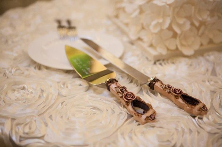 Such a beautiful and elegant cake serving set http://www.fusion-events.ca/