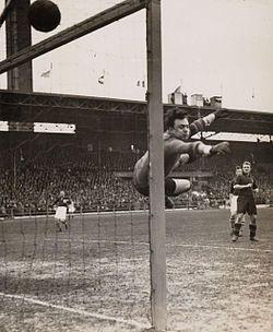 Le gardien de l'équipe de Belgique André Vandeweyer est impuissant face aux Pays-Bas le 11 mars 1934 au stade olympique d'Amsterdam. Le match amical entre ces deux sélections rivales est remporté 9-3 par les Néerlandais.