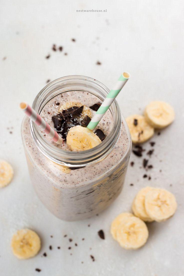 Gezonde milkshake met banaan, kokos en stracciatella