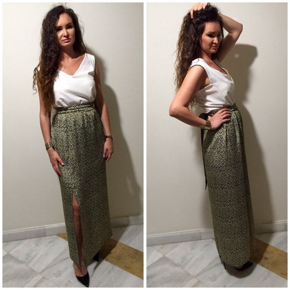 Maxi skirt, high waist with elastic casing that ensures a nice fit around the waist.It has floorlenght.It is very easy to wear:just put on a simple…