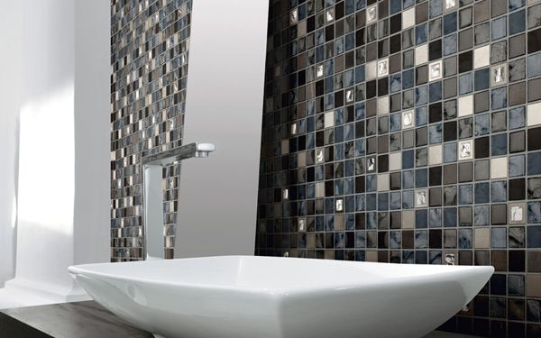 Carrelage mural fa ence grise et bleue marine avec des touches paillettes rendu brillant et for Faience salle de bain contemporaine