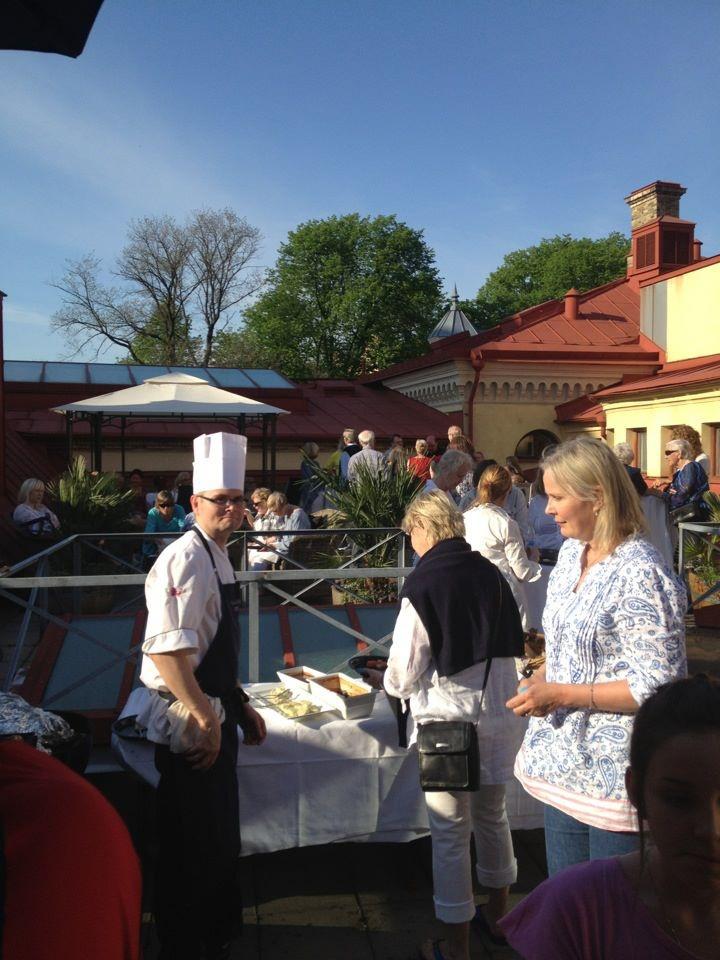 Grillfest för våra medlemmar på terrassen. Mysigt och härligt :)   www.hagabadet.se