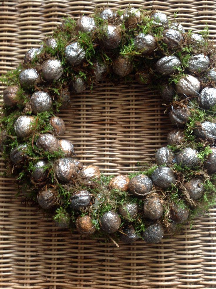 Krans van glittergespoten walnoten.