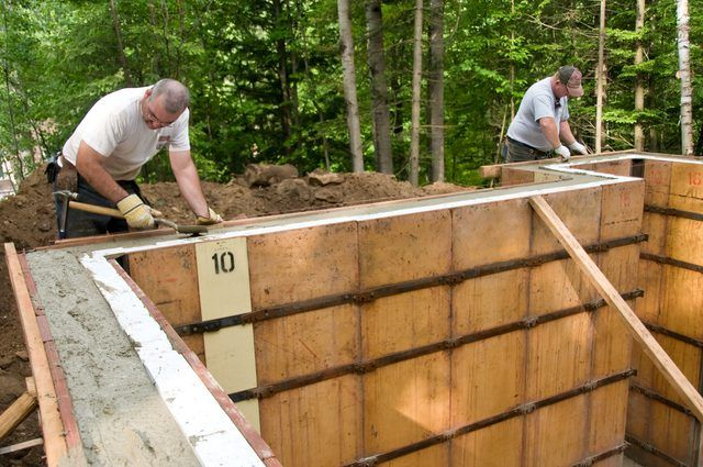 How To Form A Homemade Concrete Wall Hunker Concrete Retaining Walls Concrete Forms Concrete Wall