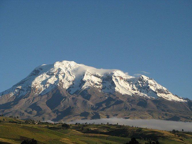 Нет, это не гора Эверест. Самая отдаленная от центра Земли точка — гора Чимборасо, потухший вулкан в Эквадоре. Высота горы составляет 6268 метров, и хотя это и не самая высокая гора, но ее расположение на экваторе делает ее таковой. Гора расположена на 1 градус южнее экватора, а поскольку наша планета приплюснута с полюсов, то экватор является самым «толстым» местом нашей планеты.