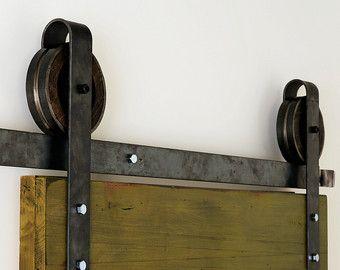 Questo è un bellissimo rustico industriale acciaio piazza ferro di cavallo scorrevole porta della stalla hardware insieme. Made in USA a mano da legno e acciaio lucidato robusto di alta qualità. Questo bellissimo set di hardware ti riporta allepoca industriale, tutti a casa tua  Include:  (1) track - 2 di diametro (2) rulli - diametro 5 1/2, 1 1/2 profondo Distanziatori a parete (4-6) (2) ferma porta (1) guida a pavimento  Da utilizzarsi con lapertura di dimensioni 3-4. Misura circa...