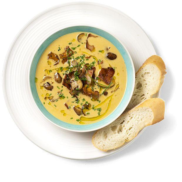 En rask soppsuppe kan du nyte hele året! Denne er toppet med stekt sopp og bacon. Oppskrift på kremet soppsuppe.