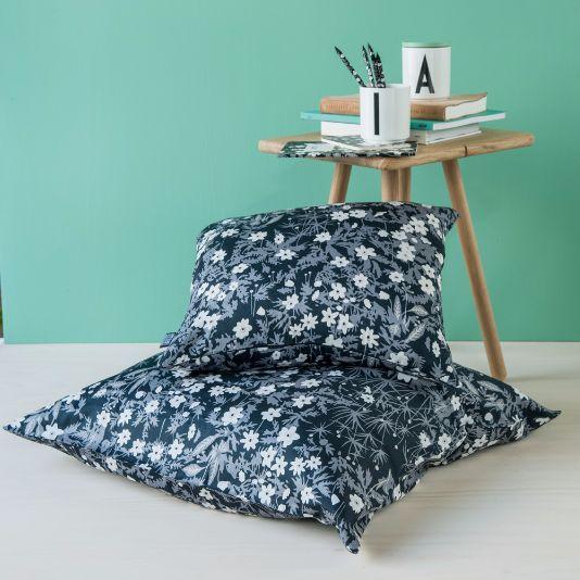 Nytt fra Design Letters er Arne Jacobsens blomsterdekor, nå i sengetøy og sengeteppe og accessories til kontoret. Du finner utvalget i din Designforevig-butikk