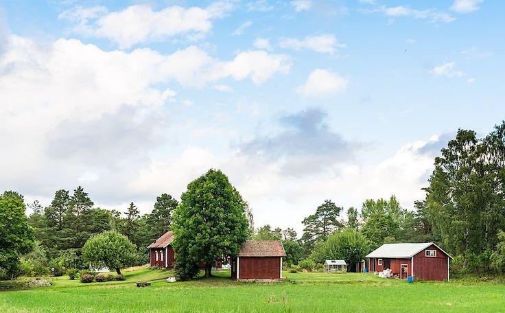 Underbar liten gård med både bete och skog, nära Linghem med ett avskilt och rofyllt läge.