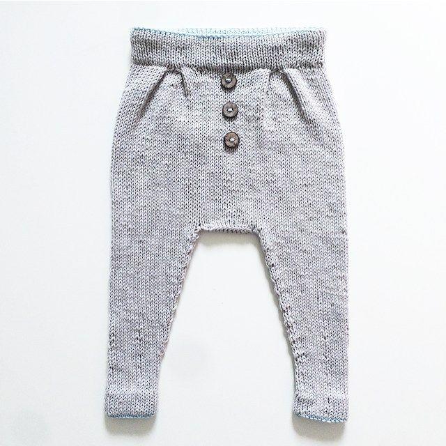 Baggy vårbukse. Den ble så tøff at jeg er igang med en til. Må ha en som passer NÅ! #baggyvårbukse #ministrikk #knit #instaknit #knitforboys #strikke #strikkemamma #guttestrikk #tinesting