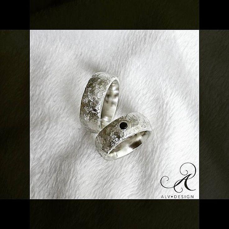 IDUN med svart diamant 💎  Design och arbete: Kenneth Lindström, Alv Design. Se mer av våra handgjorda silverringar i webbutiken  www.alvdesign.se