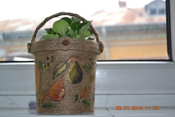 baldinho de iogurte?nao!;) agora e um lindo vaso,com ajuda de uma cordinha,para uma linda flor,a violeta!:)