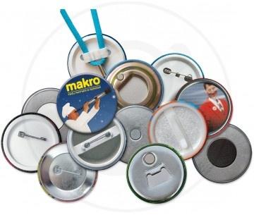 Spille in latta di forma rotonda, personalizzabile fino a 6 colori. Retro con apribottiglie.