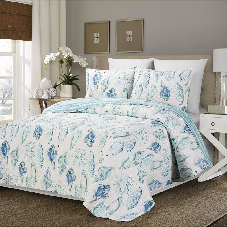 Reversible Cambell Shells and White Quilt 3 Piece Set