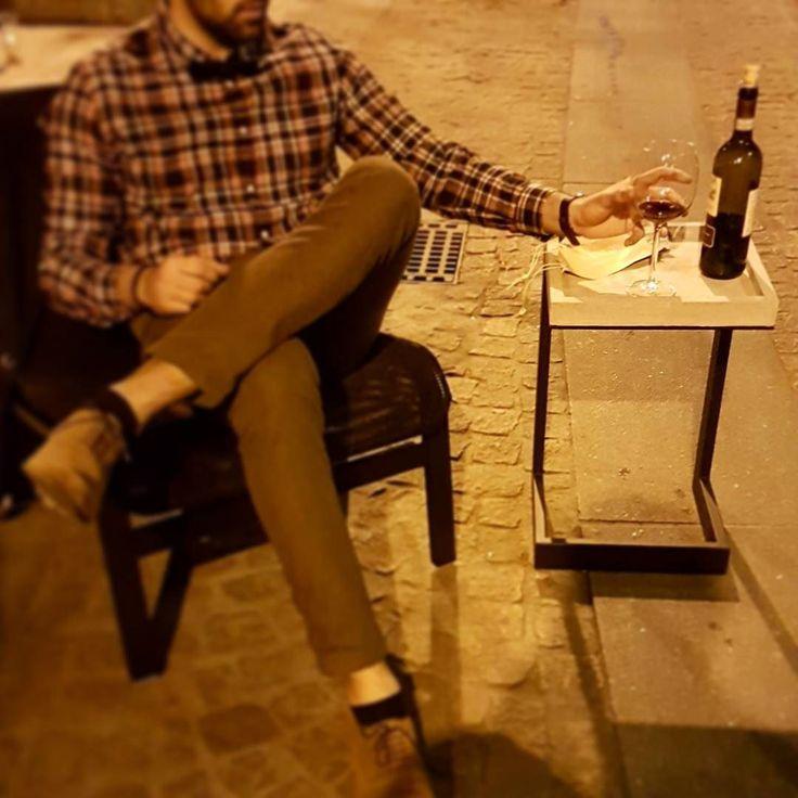 Fancy Ein Glas Wein zur sp ten Stunde in deinem sch nen Zuhause Und ein handgefertigter Beistelltisch aus hartem Beton und Stahl