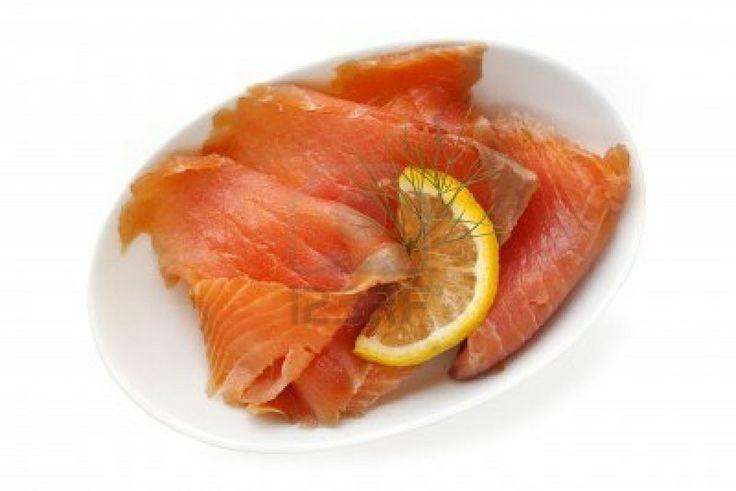Salmone affumicato in abbondanza, limone, aneto, olio. E magari pane leggermente arrostito  spalmato abbondantemente di burro.