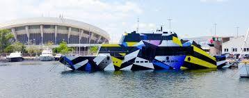 Profondo Lusso.  Jeff Koons firma il mega yacht Guilty.  Un'imbarcazione di 35 metri progettata dalla nota designer Ivana Porfiri e disegnato da Jeff Koons, uno dei maggiori artisti contemporanei, è stata commissionata da Dakis Joannou, imprenditore cipriota tra i maggiori collezionisti d'arte contemporanea.  Una carena che non passa di certo inosservata con un tripudio di colori e forme geometriche degne della più innovativa delle opere d'arte della pop art.