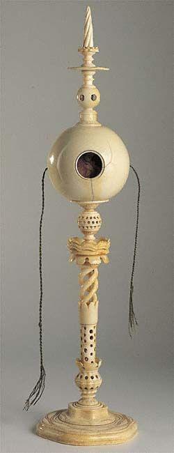 Contrefaitkugel aus Elfenbein, Ø der Hohlkugel 6 cm, im Inneren befindet sich eine Guasch.