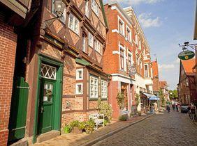 http://www.abendblatt.de/hamburg/article208962671/Handelskammer-kuerzt-Luxusversorgung-ihrer-Mitarbeiter.html