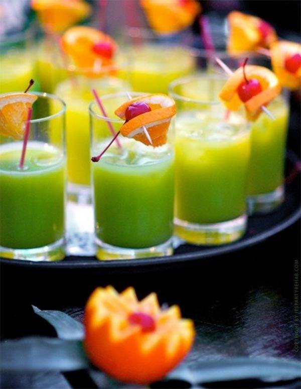Der Klassiker: Blue Curacao mit Orangensaft - das ist die grüne Wiese. Hier bekommt ihr ein weiteres Cocktailrezept, das ihr garantiert noch nicht kennt!