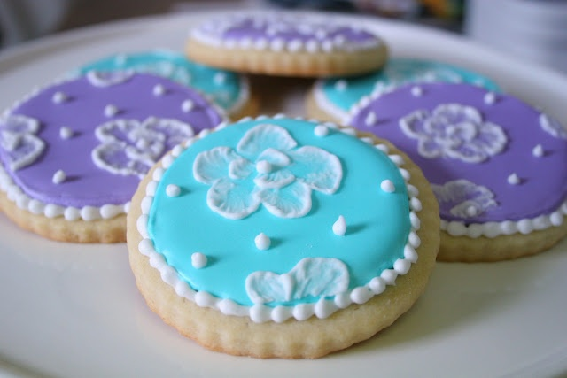 I could totally do this. They're so spring-y!Cutout Cookies, Sugar Cookies, Stuff, Purply Cookies, Brushes Embroidery, Pretty, Embroidery Sugar, Quilt Cookies, Cookies Jars