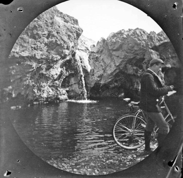 Η πηγή Καλλιρρόη, του Ιλισού, Αθήνα, 7 Μαρτίου 1891 Δεξιά ο αμερικανός ποδηλάτης William Sachtleben Φωτογράφος: Thomas Gaskell Allen Jr.