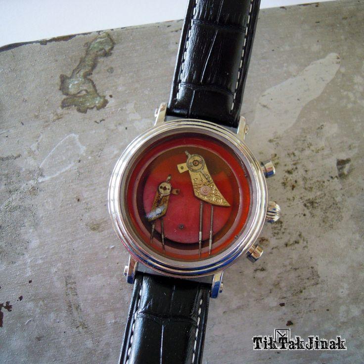 VE DVOU SE TO LÉPE TÁHNE!!! ... náramek To je Pipi - ten větší. A aby mu nebylo smutno, má u sebe kámoše - toho menšího. Ve dvou se totiž vždy lépe táhne. Budou Vám dělat společnost, neutečou, neuletí. Náramek je vyrobený komplet ze starých zachovalých hodinek. Vnitřek pouzdra od starých hodinek je zalitý vrstvou křišťálové pryskyřice (imitace skla), která ho ...