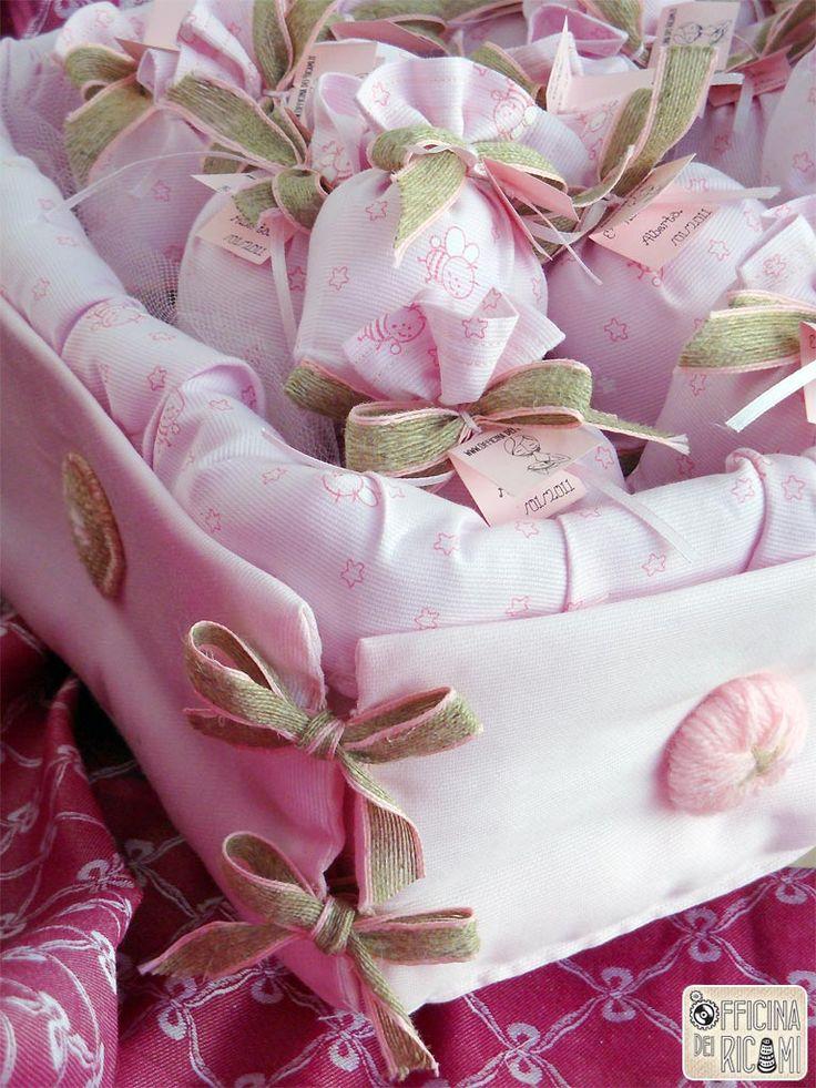 Cesta porta confetti per nascite, compleanni, battesimi - Modello: Apemaia - Officina dei Ricami