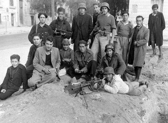 Ελασίτες της Αθήνας με οπλισμό που πήραν από τα κατοχικά στρατεύματα....   Διαβάστε όλο το άρθρο: http://www.mixanitouxronou.gr/giati-o-elas-den-katelave-tin-athina-ton-oktovrio-tou-1944-meta-tin-apochorisi-ton-germanon-ti-iche-simfonisi-me-tous-vretanous-ke-ton-edes-ena-mina-prin-tin-apeleftherosi/