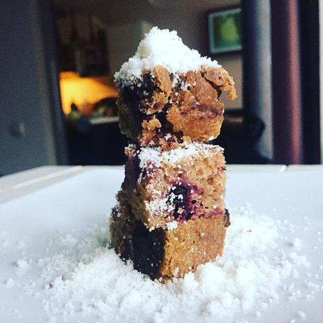 Наконец-то! Друзья, знакомьтесь, это штоллен, штоллен - это друзья 😁Без сахара или сахарной пудры👌Рецепт чудесного рождественского пирога уже у меня в блоге - ссылка в профиле❤️Вам нравится подача?) Решила нарезать на кубики, а не подава