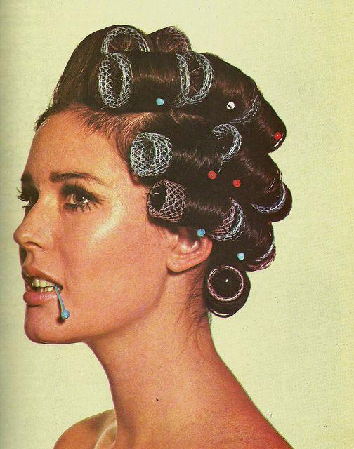 1969   les bigoudis et les épingles maman !!!! je pourrais aussi bien mettre cette image dans mes années 80,90,2000 et 2010, elle utilise toujours ces affreux bigoudis avec les pics !!! hihihi