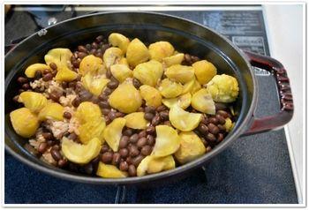 ほくほくの栗と小豆の煮物です。 ちょうど良い柔らかさに煮上がるから、甘みを加えなくても素材の良さで満足のいく料理に。