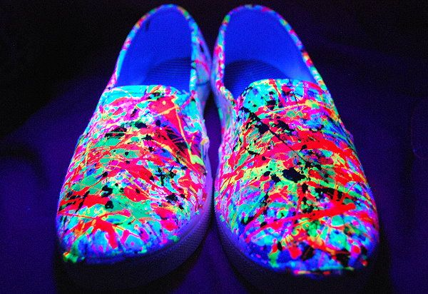 splatter paint, shoes, sport shoes, toms, canvas shoes, black light, glow in the dark, kids crafts, teen crafts, tween crafts, diy, handmade, homemade, neon, fluorescent,