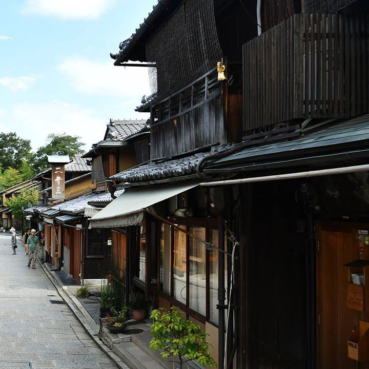 Kanazawa travel - Higashi Chaya District. A traditional neighborhood with teahouses where geisha perform! #japankuru #geisha #kyoto #kanazawa #higashichaya #kyototravel #teahouse #japan #京都 #金沢 #ひがし茶屋街 #芸者 #京都観光