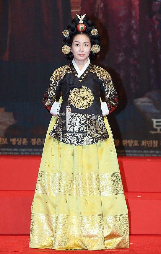 The Flower in Prison (Hangul: 옥중화; RR: Okjunghwa; MR: Okchunghwa) is a South Korean television series starring Jin Se-yeon, Go Soo, Kim Mi-sook, Jung Joon-ho and Park Joo-mi.  It airs on MBC  for 50 episodes. 문정왕후 김미숙