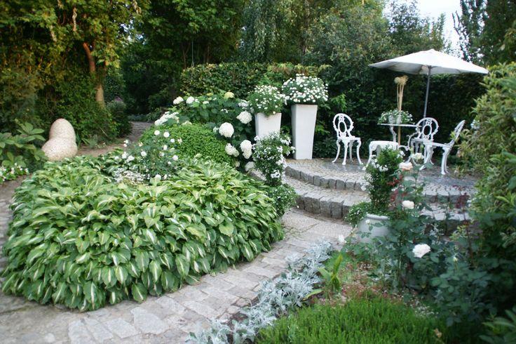 ogród biały, meble, patio, donice, hosta to wszystko w Ogrodzie Hortulus w Dobrzycy