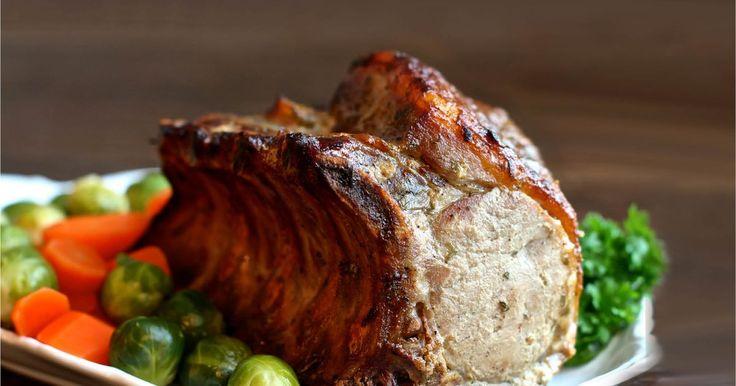 Deilig svinekam glasert med sennep, honning og estragon. Denne oppskriften på helstekt svinekam med ben og tilbehør som saus, grønnsaker og poteter imponerer helt sikkert gjestene dine. En saftig og mør svinekam er en kjær klassiker på bordet under søndagsmiddagen
