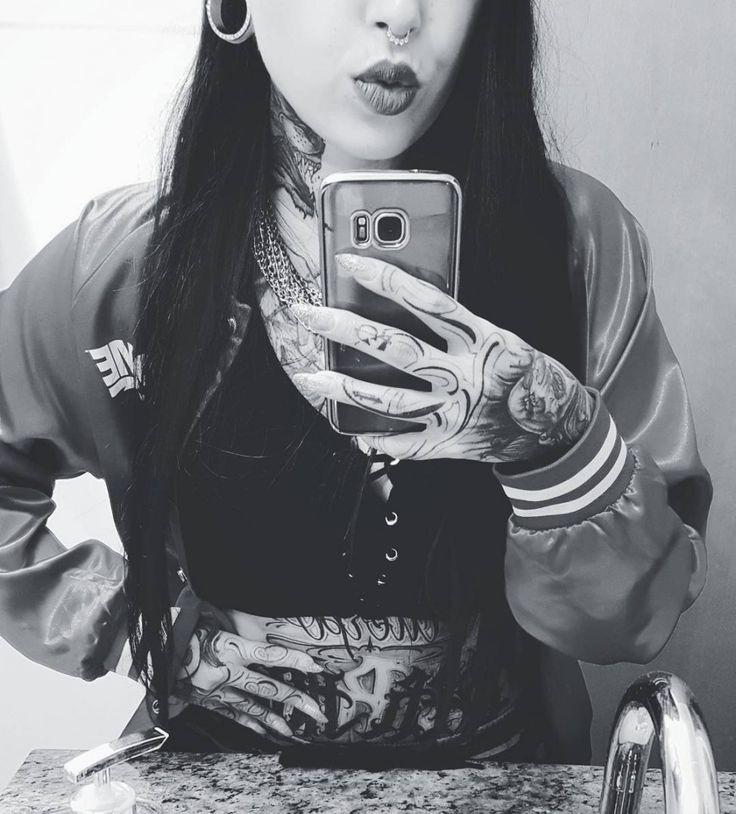 BOM DIA com a linda @larissa13__ uma das finalistas ao #misstattooweek SP 2017! Já está torcendo? Lembre-se que a @tattooweek SP 2017 acontece entre os dias 14 e 16 de julho no Expo Center Norte.  #Girl #GirlsWIthTattoos #Inked #Tattoo #TattooedGirls
