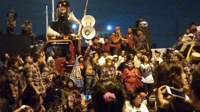 Lewati Batas Waktu Demo Pukul 18.00 Massa Pendukung Minta Ahok Dibebaskan  Massa pendukung Ahok masih bertahan di depan Rutan Cipinang Selasa (9/5) malam mereka minta bertemu Ahok. (Foto: Silviana/Okezone)  JAKARTA (SALAM-ONLINE): Sampai berita ini ditulis Selasa (9/5) malam jelang pukul 20.30 WIB para pendukung Basuki Tjahaja Purnama (Ahok) masih berunjuk rasa di depan Rutan Cipinang Jakarta Timur. Padahal ketentuan batas waktu demo adalah pukul 18.00 WIB.Akibatnya arus lalu lintas di Jalan…