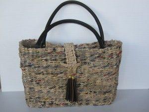 borsa intrecciata con carta e rifinita con manici in pelle