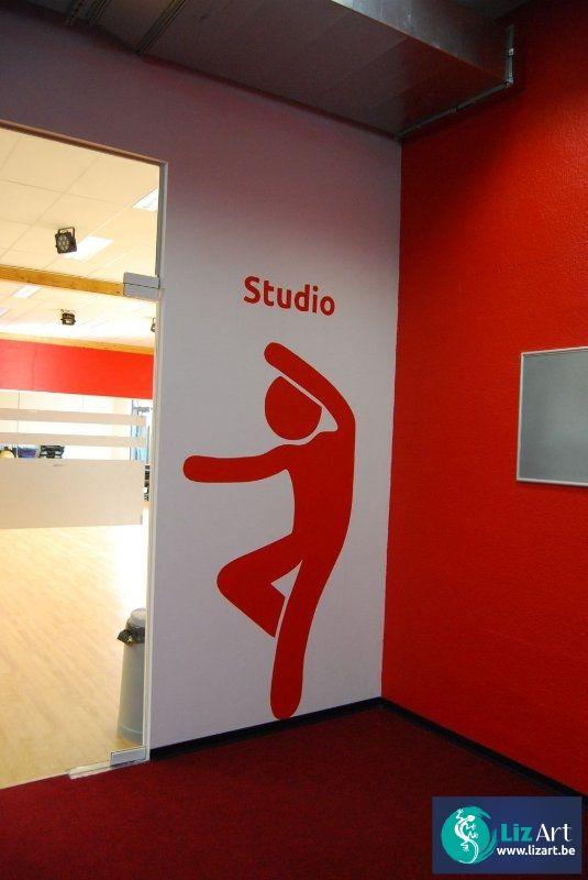 Geschilderd pictogram ter aanduiding van dansstudio