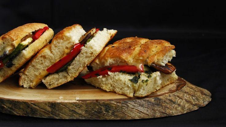 Izgara sebze sandviç tarifi :http://kadinova.com/izgara-sebze-sandvic-tarifi/