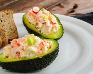Avocats farcis au crabe, mayonnaise légère et Tabasco© : http://www.fourchette-et-bikini.fr/recettes/recettes-minceur/avocats-farcis-au-crabe-mayonnaise-legere-et-tabascoc.html